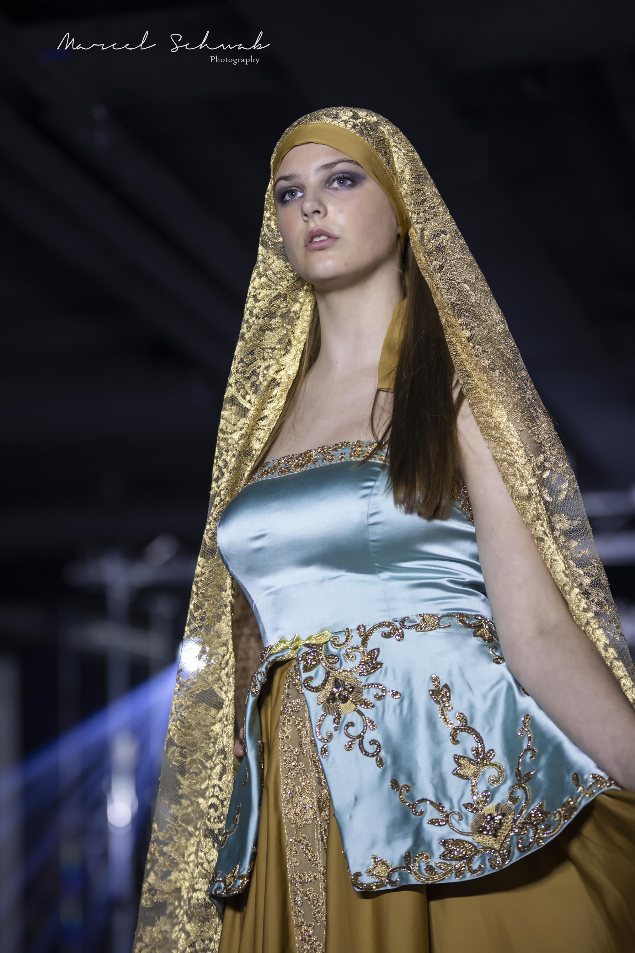 Lichtgroene jurk met gouden rok