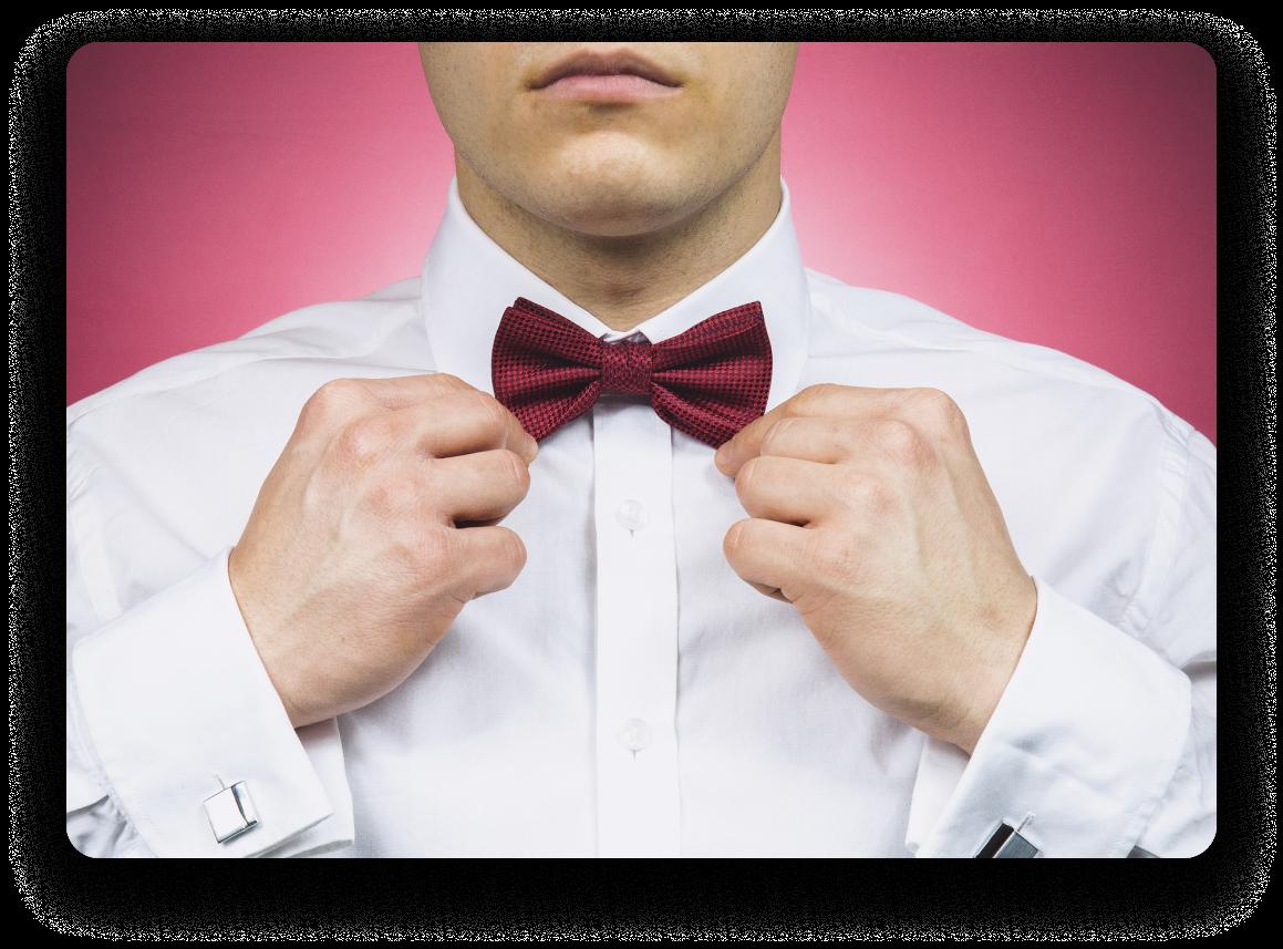 Homme avec un fond rose, seule la moitié inférieure de son visage apparaît.  Fixant son nœud papillon rose sur sa chemise blanche