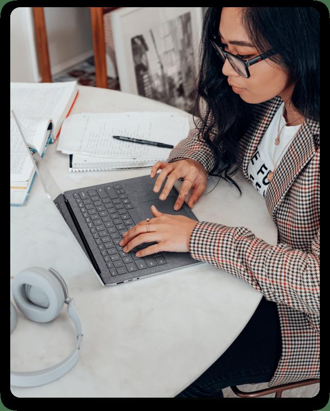 Frau arbeitet im Home Office an ihrem Laptop