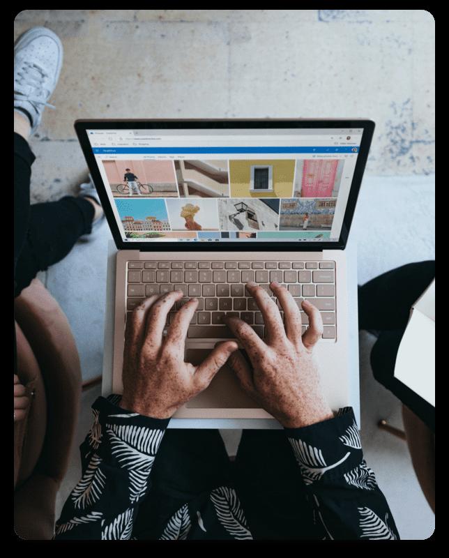 Mann mit Laptop auf dem Schoß