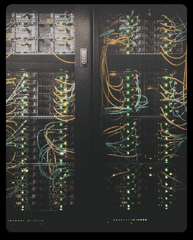 Serverrack mit Servern im Rechenzentrum