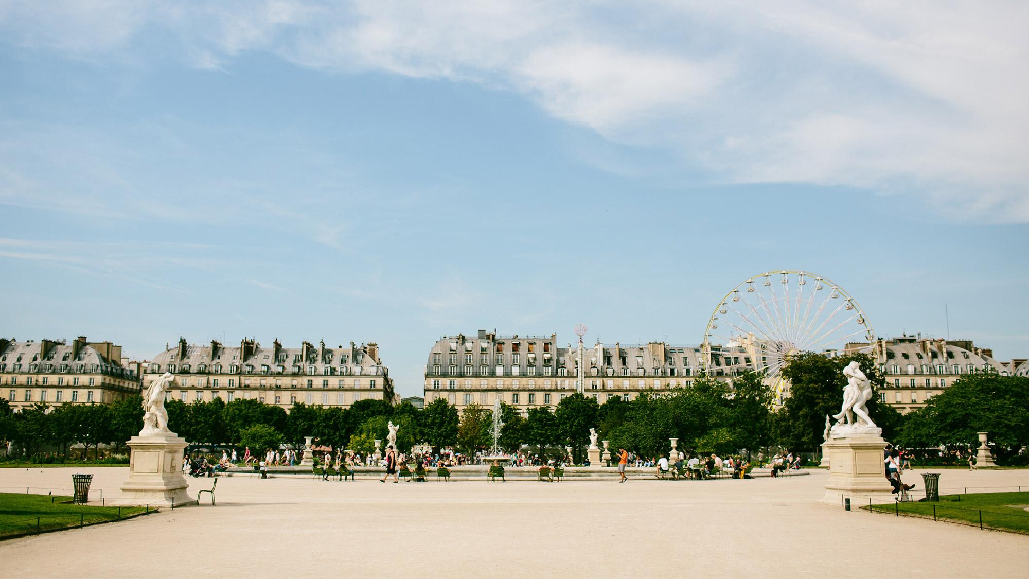 Panoramic photo of a park in Paris.