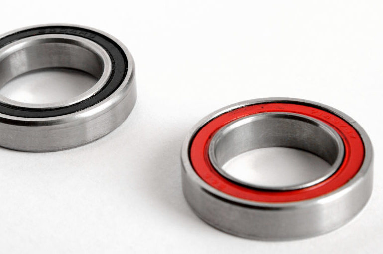 Standard bearings with seal in red and black colour