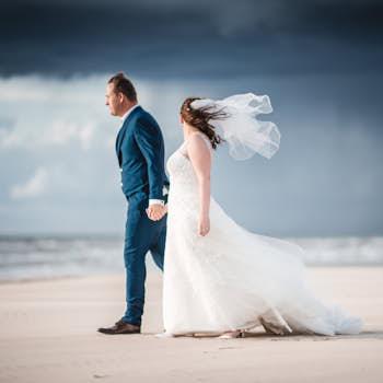 bruidspaar op strand van bloemendaal