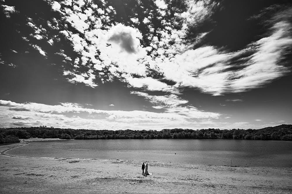 portraitshoot of wedding couple in the dunes