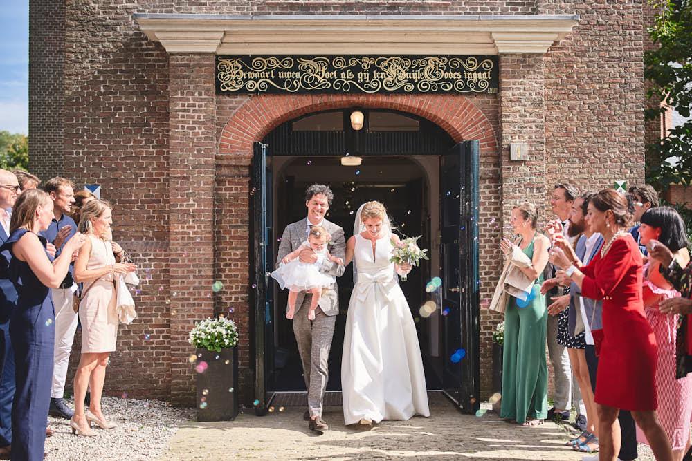 uitkomen van de kerk bij bruiloft bloemendaal