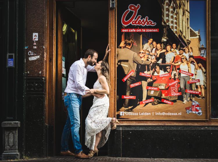 engagement shoot near a café in leiden