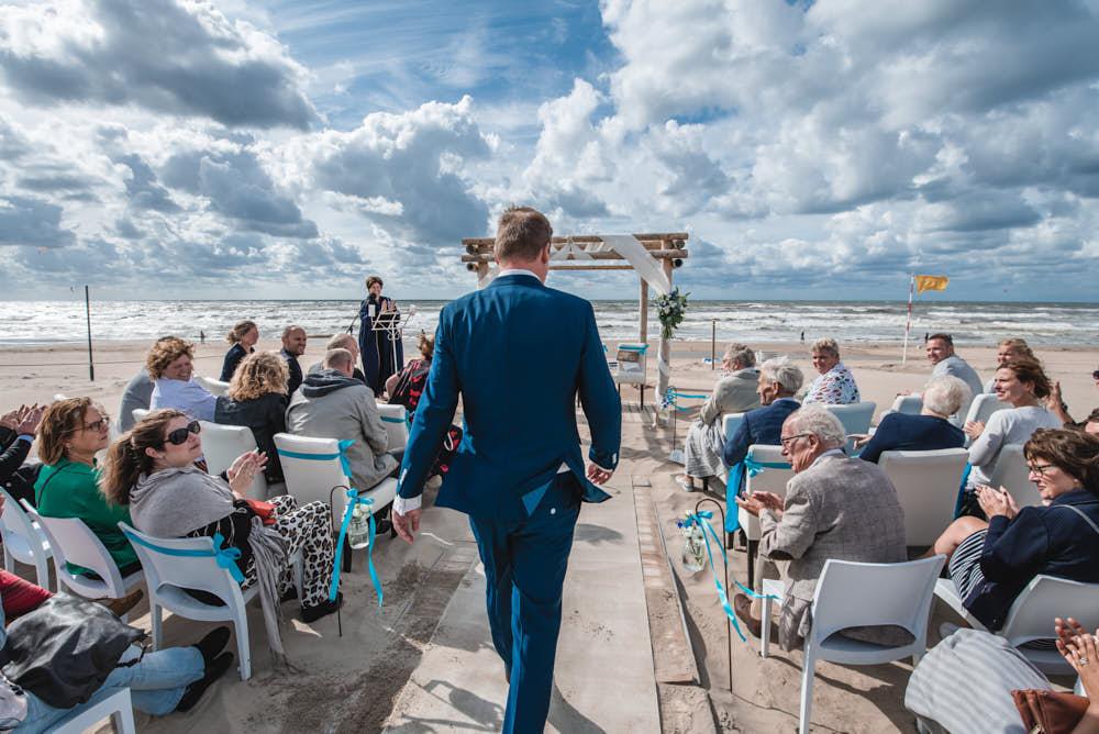 trouwceremonie tijdens beachwedding op het strand
