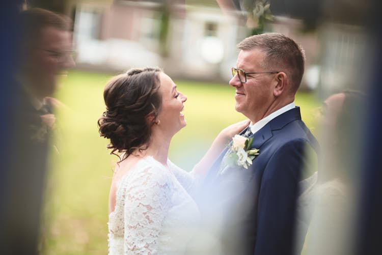 Portret bruidspaar tijdens fotoshoot Rhederoord