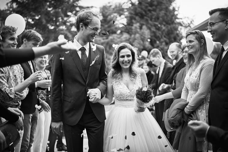 Bruidspaar aankomst bij ceremonie