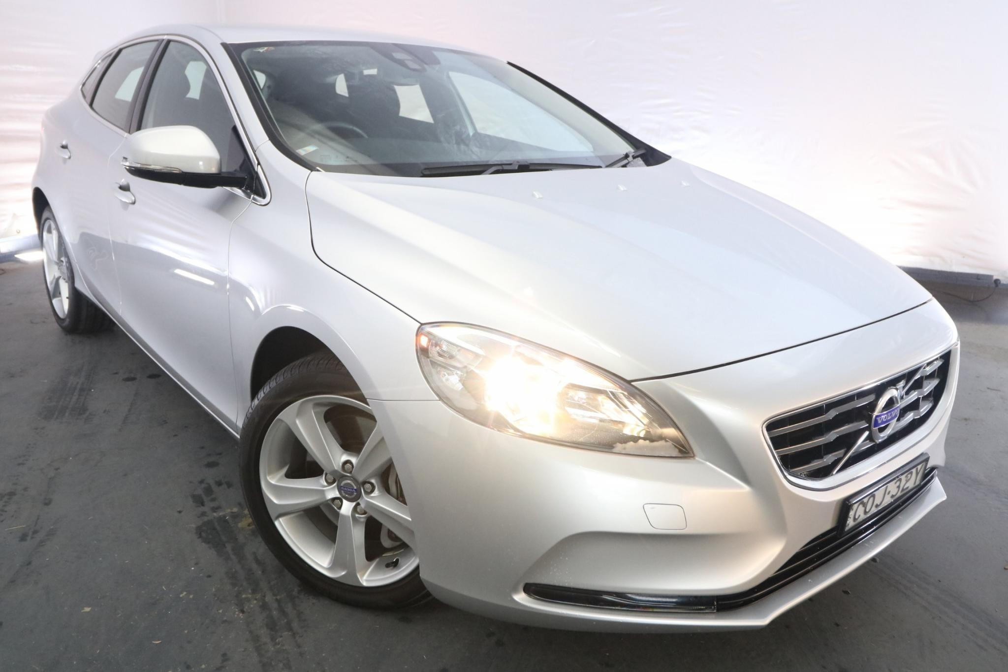 2013 Volvo V40 T4 KINETIC M / 6 Speed Automatic / Hatchback / 2.0L / 5 Cylinder TURBO / Petrol / 4x2 / 5 door / February release OYZ13B