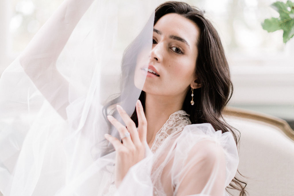 bride-with-veil-and-natural-hair-and-makeup