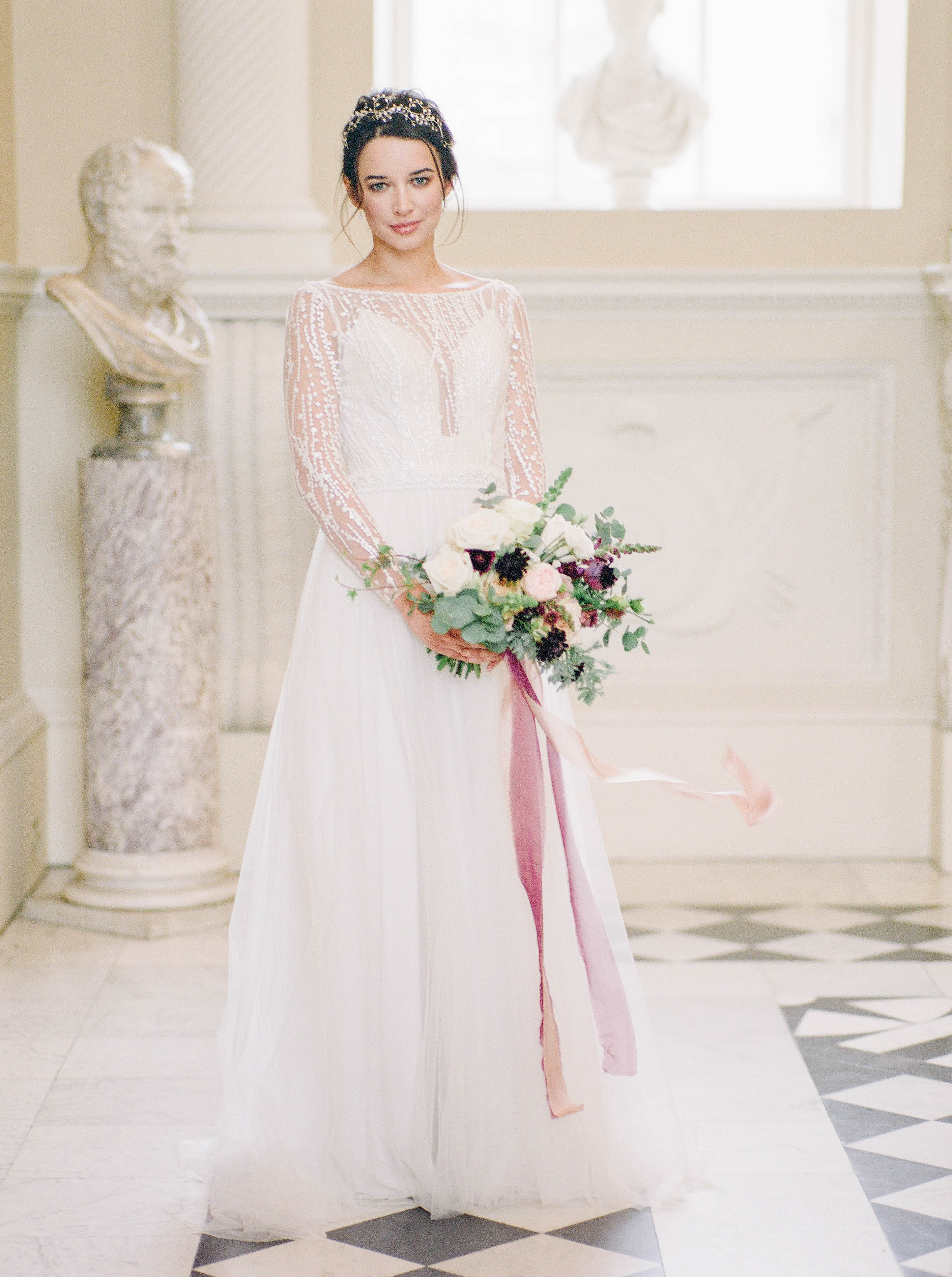 bride-holding-flowers-with-Italian-theme