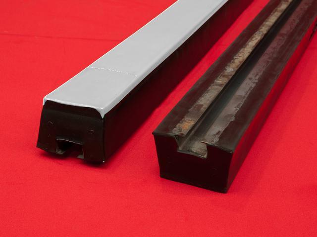 Nehořlavé impaktní tyče poskytují maximální podporu pásu v místě dopadu materiálu na dopravní pás a tím minimalizují poškození dopravního pásu.