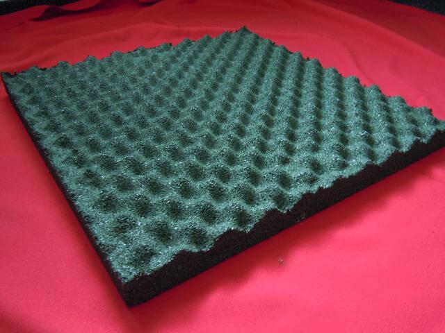 Nabízíme gumové podlahy pro hokejové stadiony, dětská hřiště či jiné venkovní sportovní zařízení.