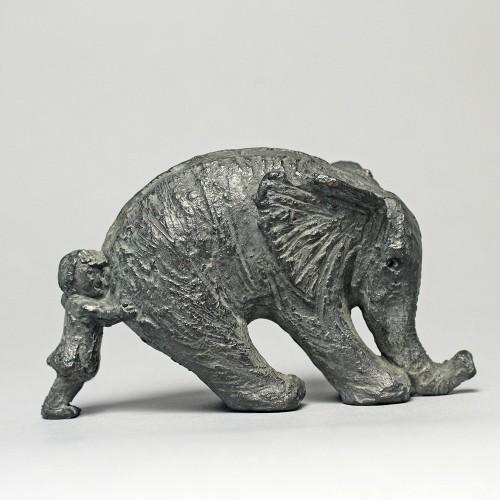 Sculpture réalisée par Sophie Verger de Louise, petite fille qui pousse son éléphant, qui n'a pas l'air de vouloir avancer.