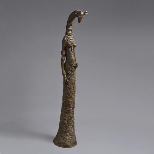 Sculpture en bronze réalisée par Sophie Verger, d'une girafe enceinte.