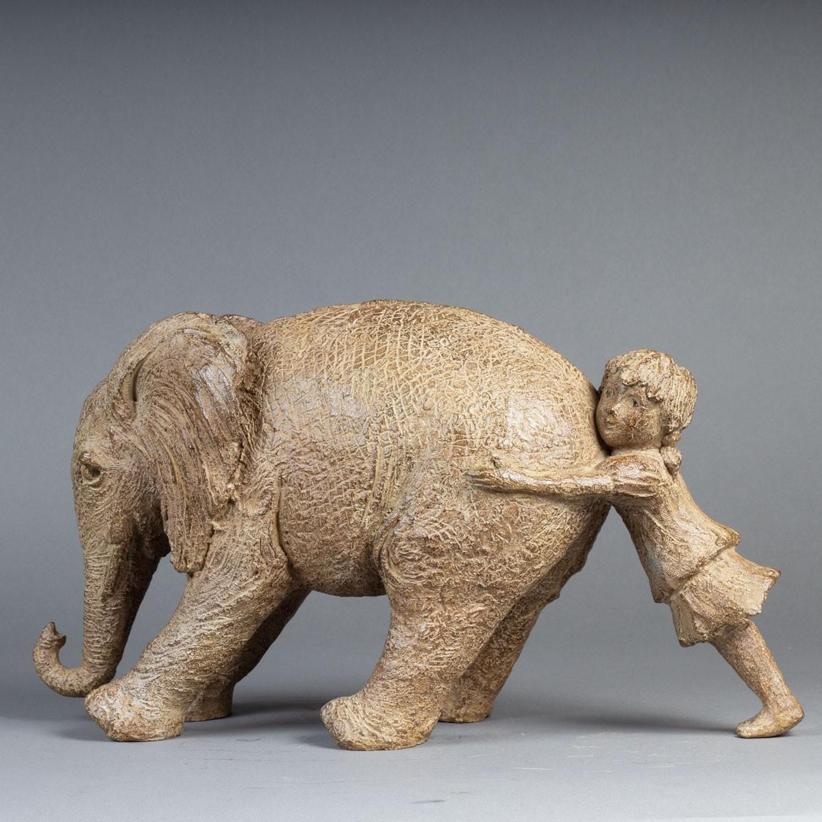 Sculpture réalisée par Sophie Verger en bronze d'un éléphant et d'un enfant.