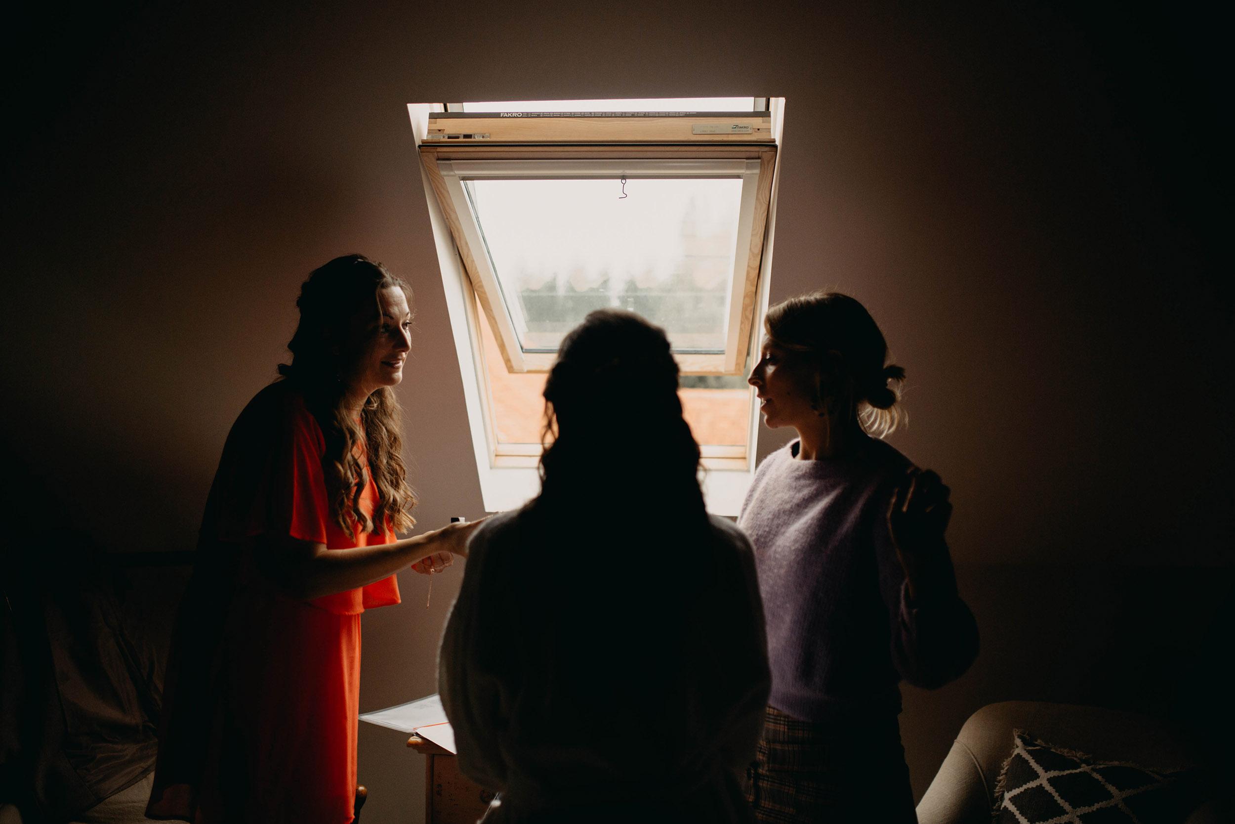 Vriendinnen helpen vaak tijdens de voorbereidingen van een bruid