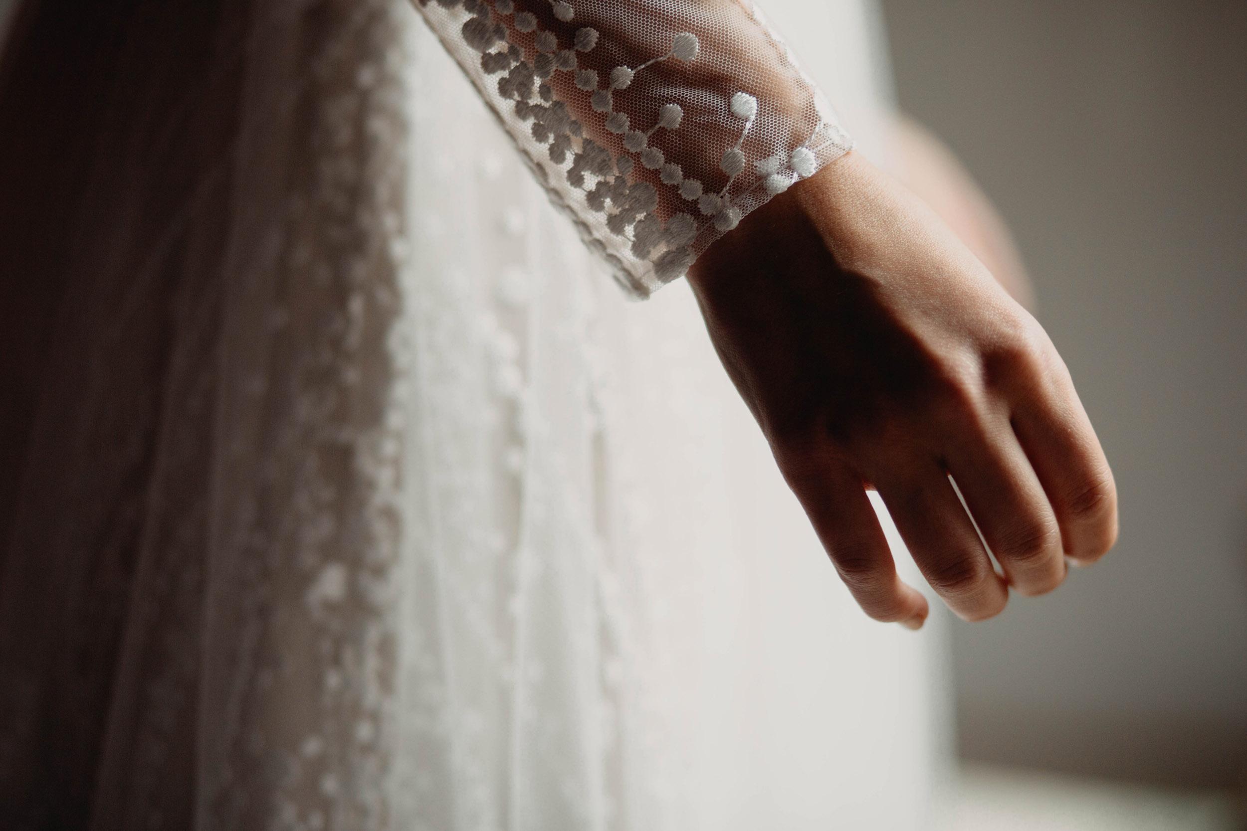 de hand van de bruid tijdens de voorbereidingen