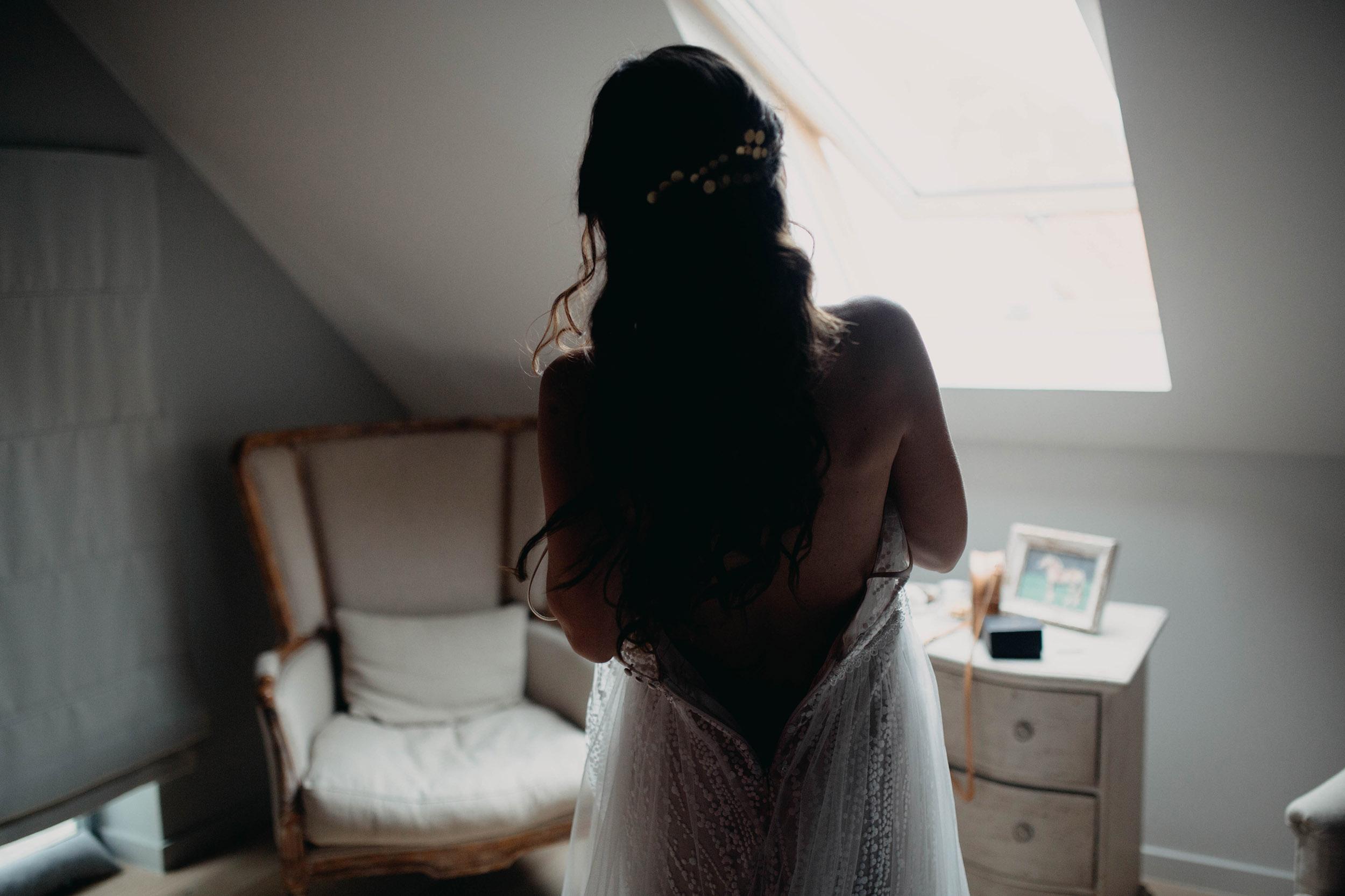 de bruid kleed zich aan