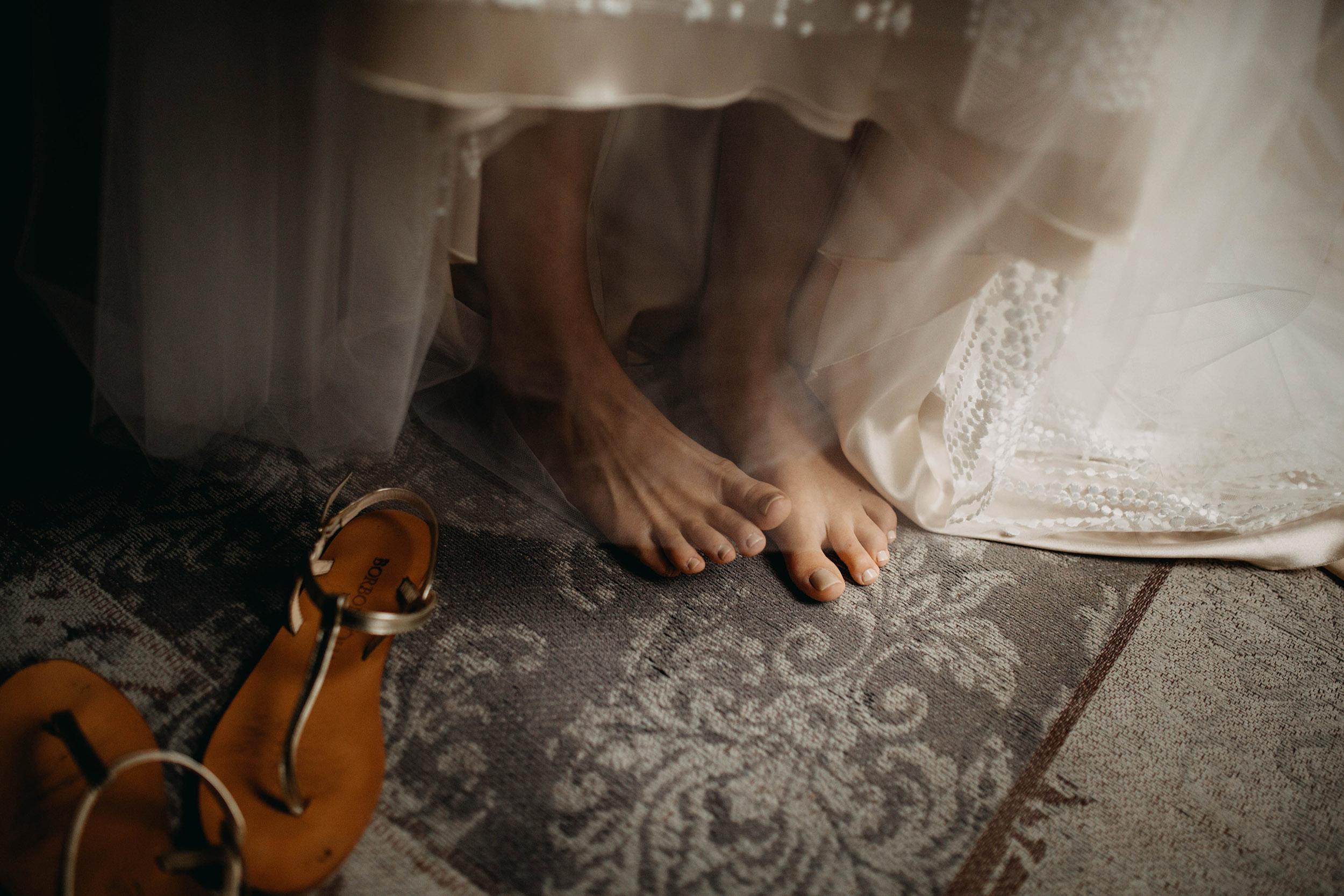 de voeten van de bruid