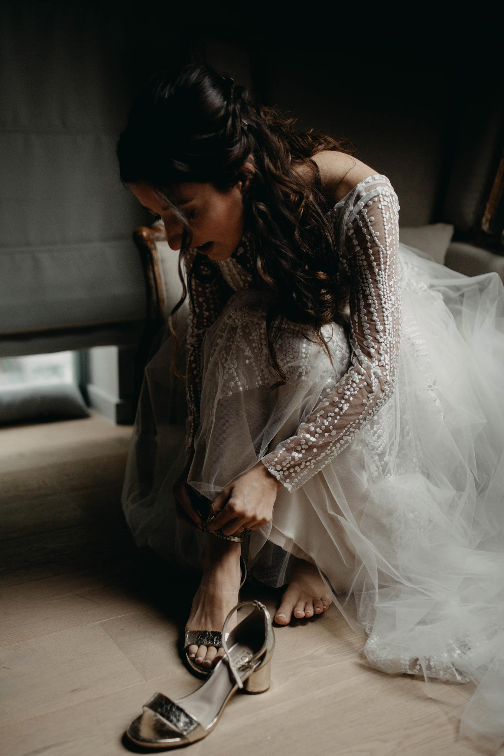 De bruid doet haar schoenen aan