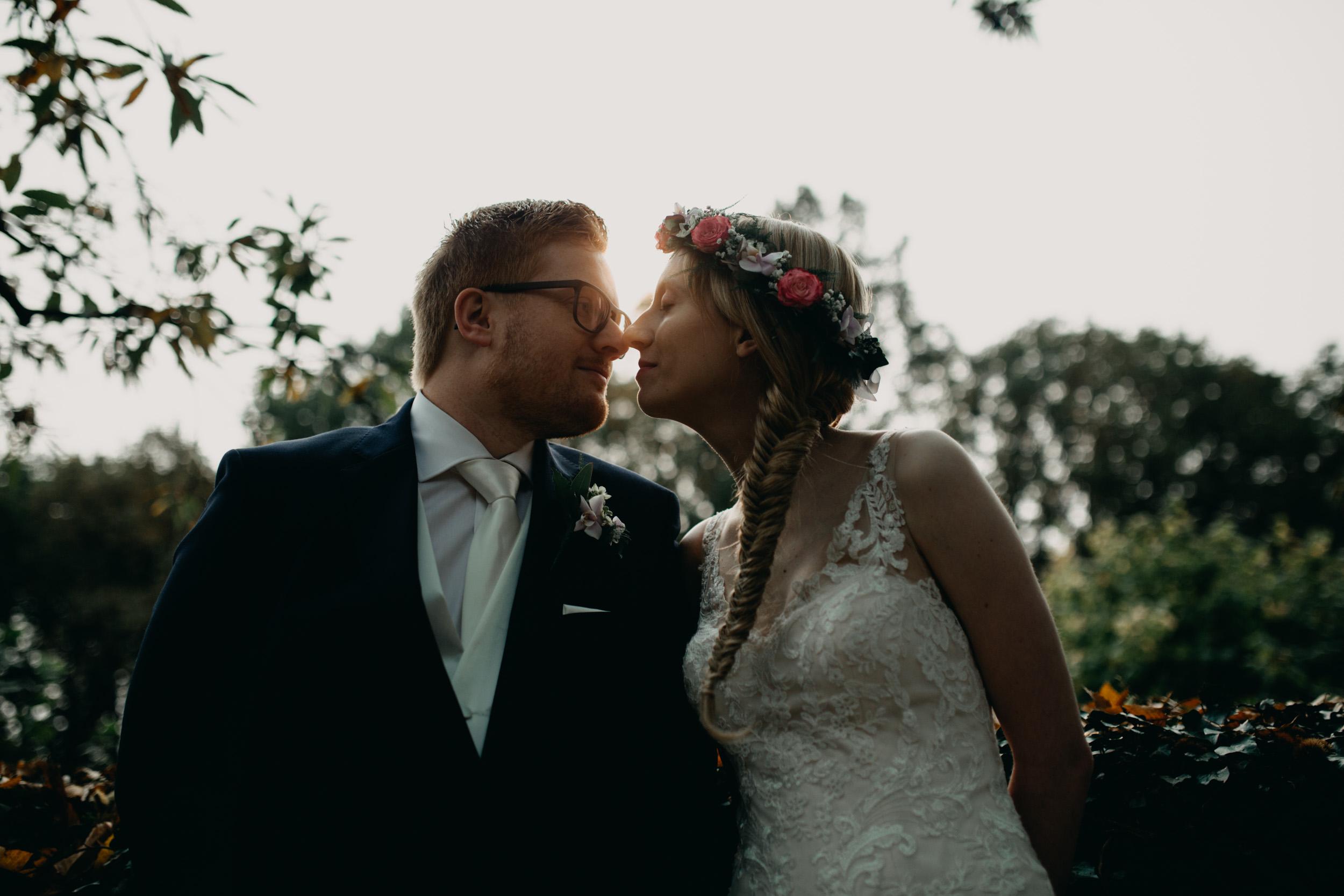 herfst-bruiloft-slot-doddendael-trouwen-bruidspaar-tegenlicht