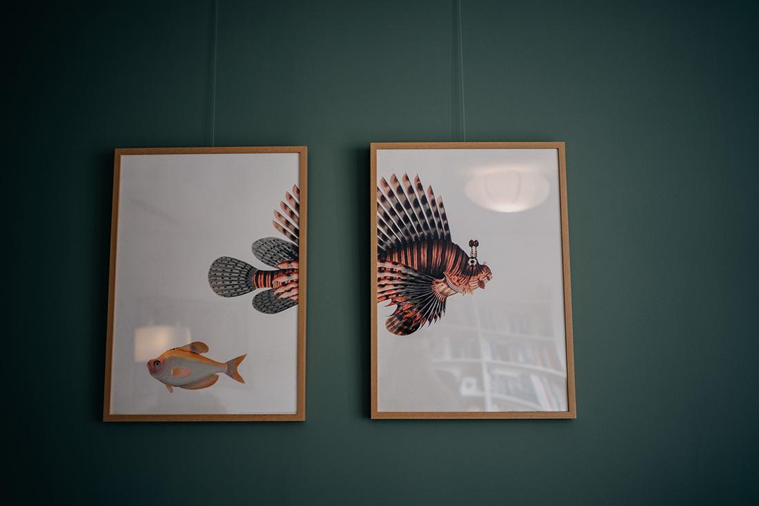 Kunst aan de muur in huis van bruidspaar