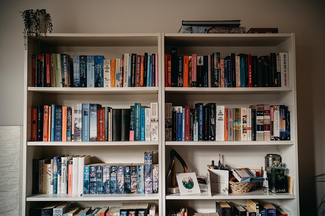 boekenkast in huis van bruidspaar