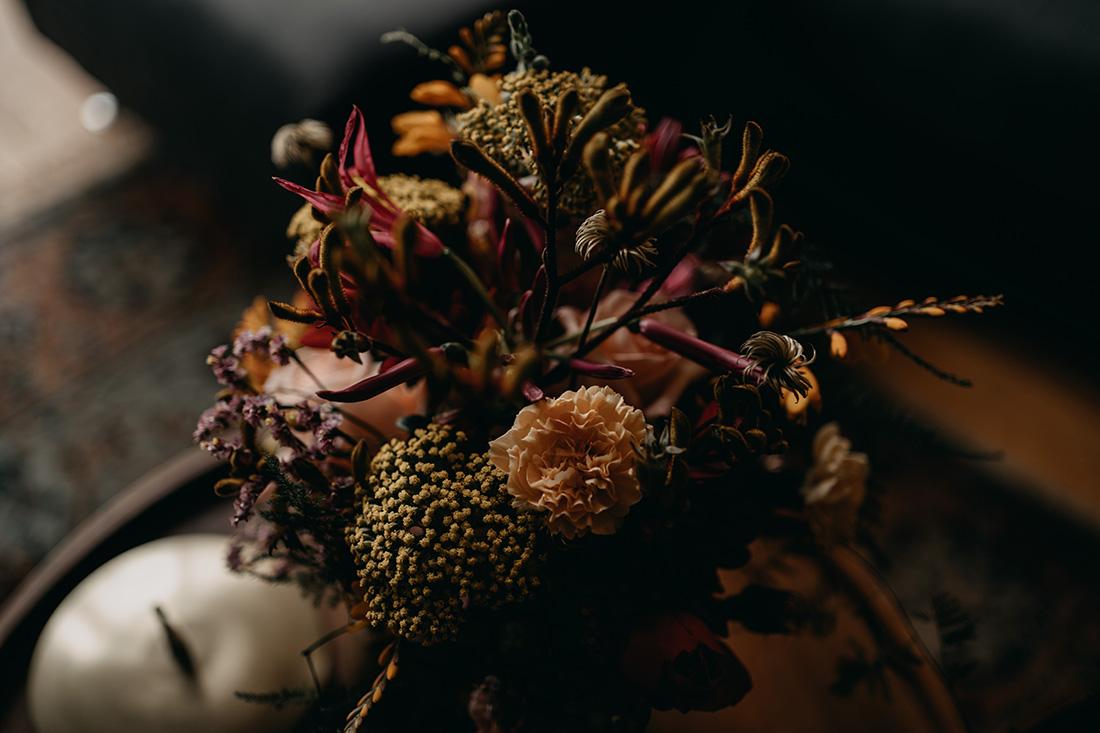 close up van bruidsboeket met trendy kleuren paars en roze