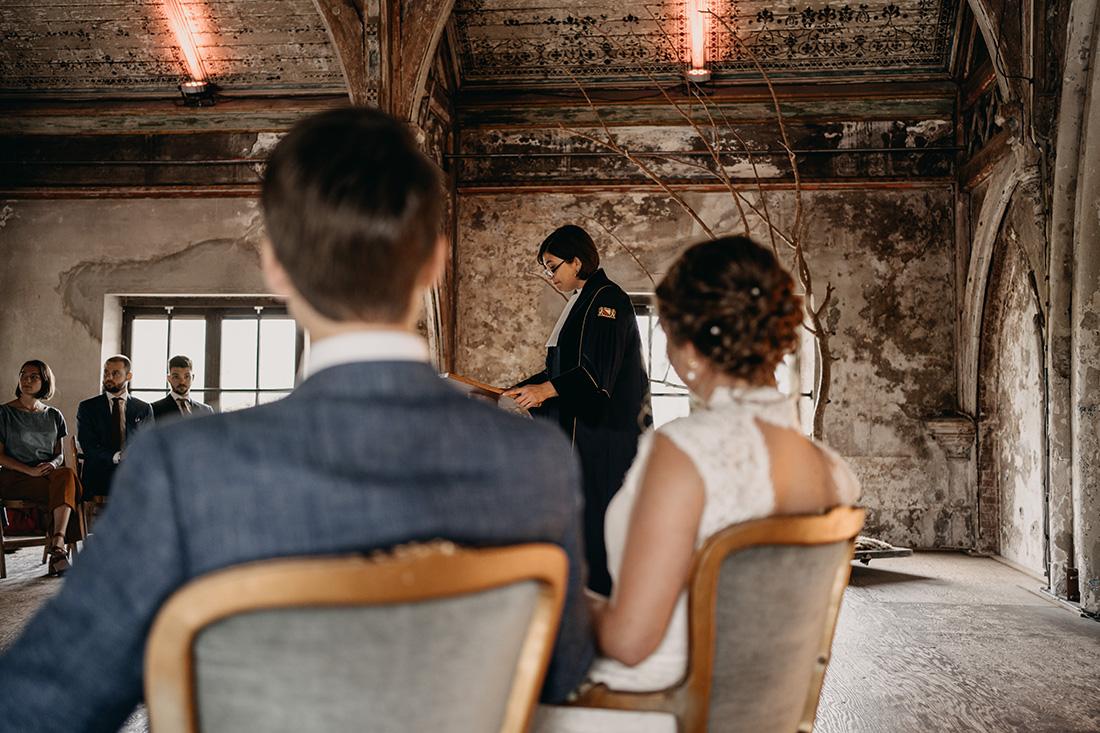 Trouwambtenaar spreekt tijdens huwelijksceremonie in Metaal Kathedraal in Utrecht