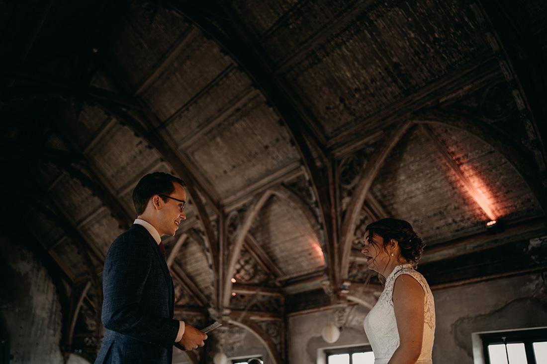 Bruidegom leest trouwgelofte voor in Metaal Kathedraal in Utrecht