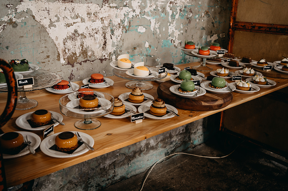 Lekkere taartjes staan klaar in Metaal Kathedraal Utrecht