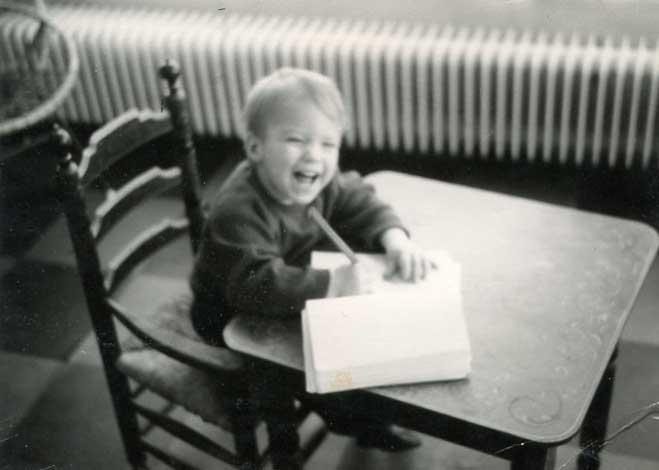 Al werd was Godfried blij van tekenen! Op deze foto, waarop hij tekent aan een Hindeloper tafeltje, is hij 3 jaar.