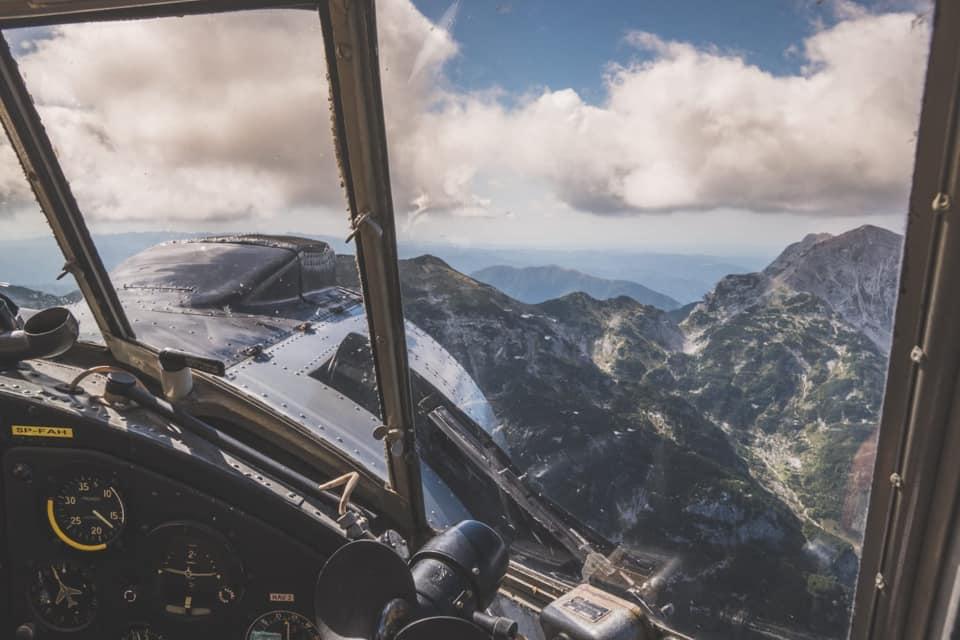 Bild zeigt eine Blick aus dem Cockpit mit einer Bergkulisse im Hintergrund