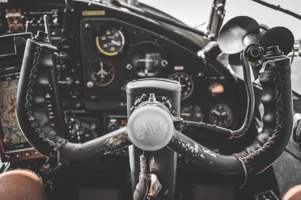 Bild zeigt eine Detailaufnahme des Steuerrads im Cockpit