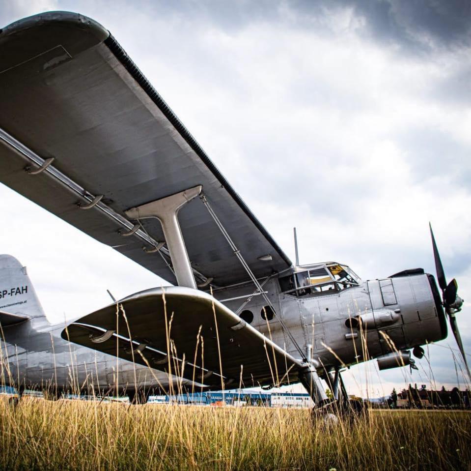 Bild zeigt Antonov-2 vor dem Hangar am Flughafen Wiener Neustadt