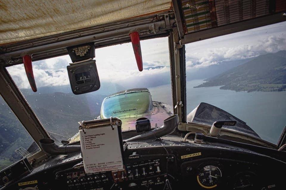 Bild zeit den Blick aus dem Cockpit mit einem See im Hintergrund