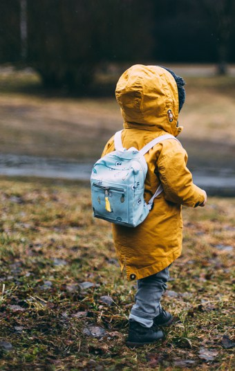 Chlapec s batohem
