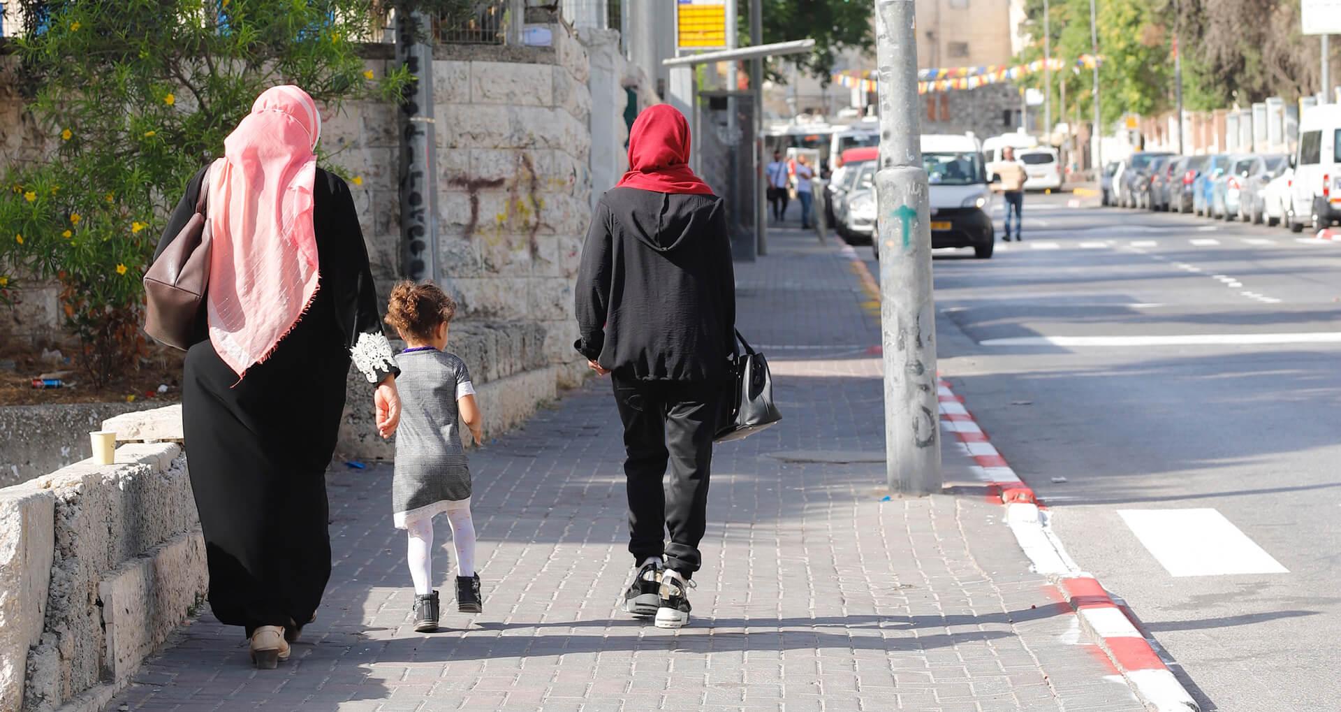 עשרות רבות, אולי אפילו מאות, אינם מטפלים. אם ובתה ביציאה מגן לחינוך מיוחד (צילום: ריקי רחמן, מדינת ירושלים)