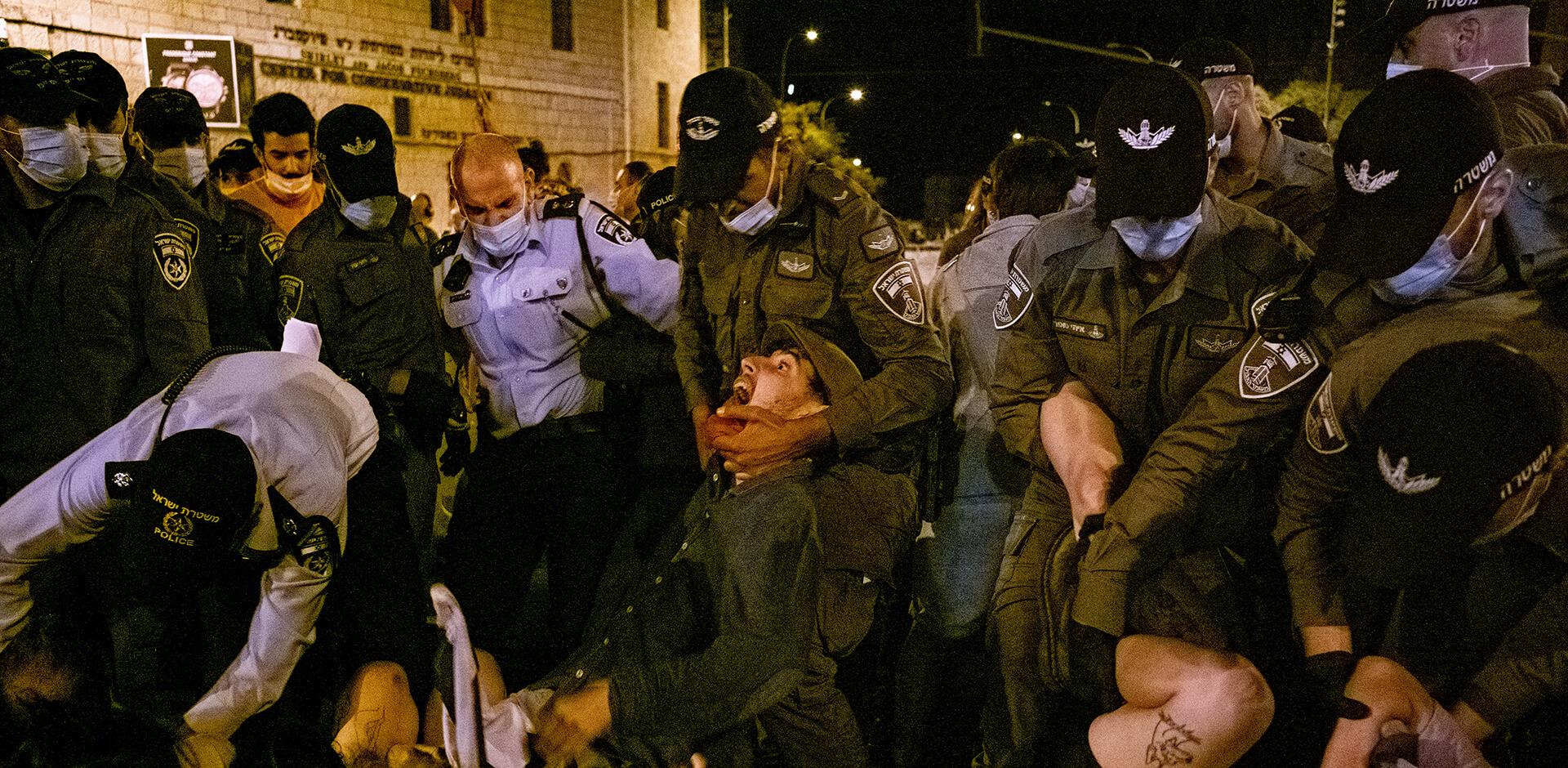 עבודה משטרתית כירורגית בעת הפיזור. הפגנה בכיכר פריז בירושלים (צילום: ביאה בר קלוש)