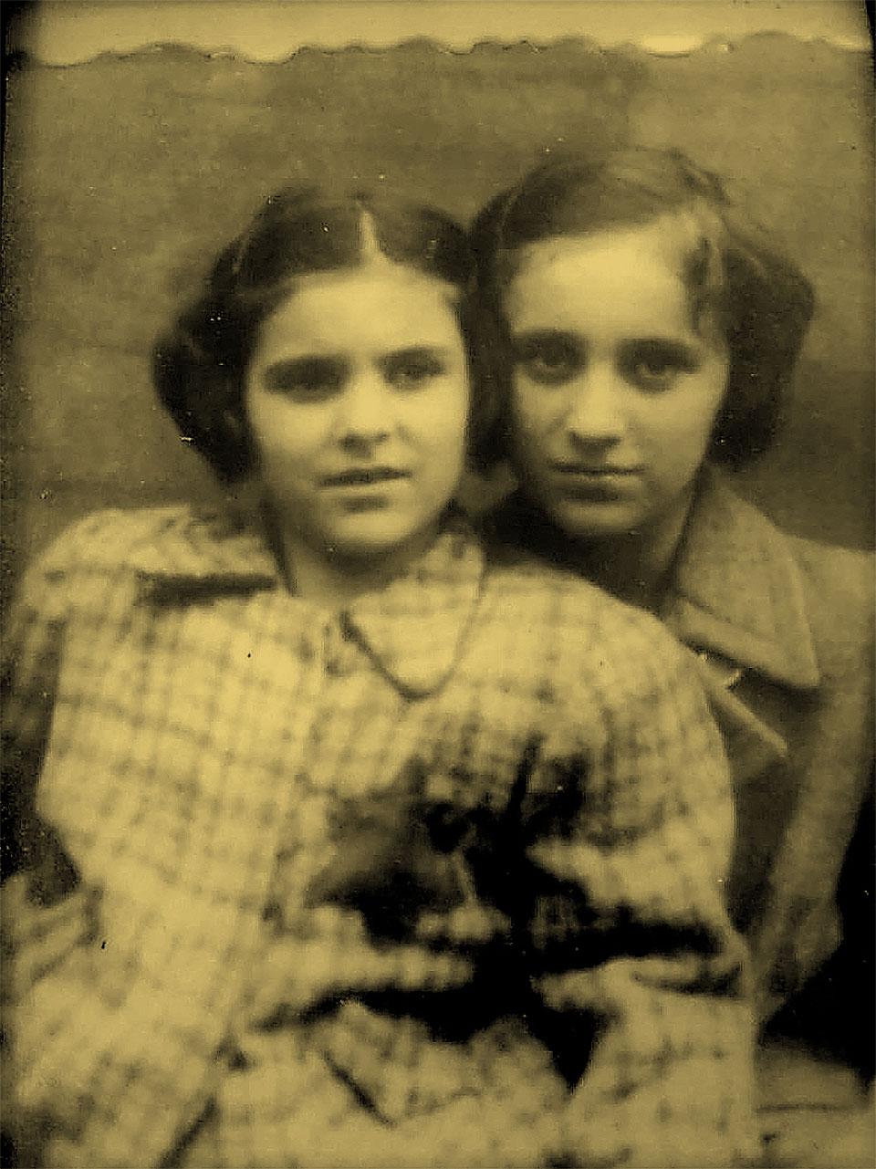 אגי משען (משמאל) ואחותה בצעירותן. צילום: מאלבומה האישי