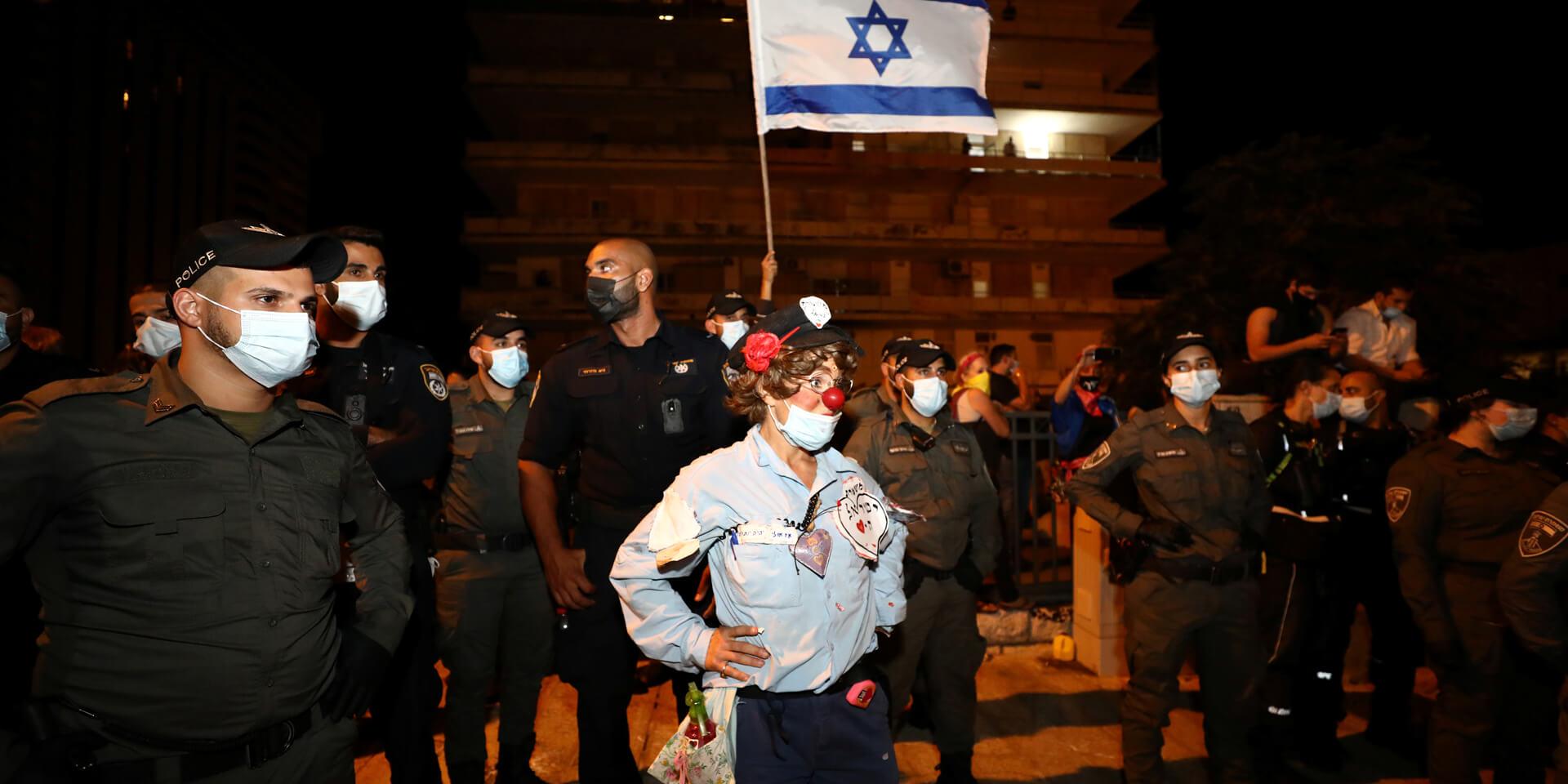 אישה בתחפושת שוטרת-ליצנית בהפגנה בירושלים בספטמבר | צילום: רויטרס