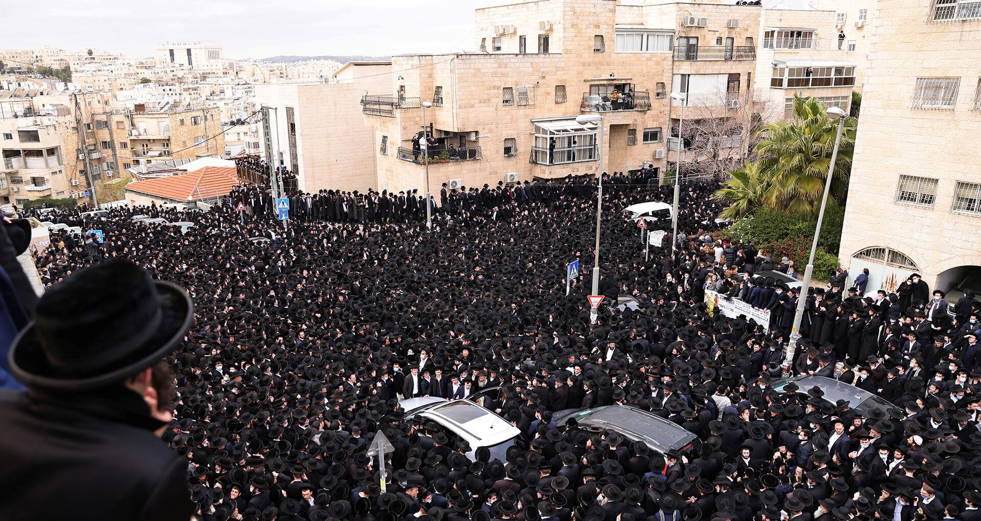 ההנהגה החרדית העדיפה להחזיר אש. אחת ההלוויות ההמוניות בירושלים (צילום: רויטרס)