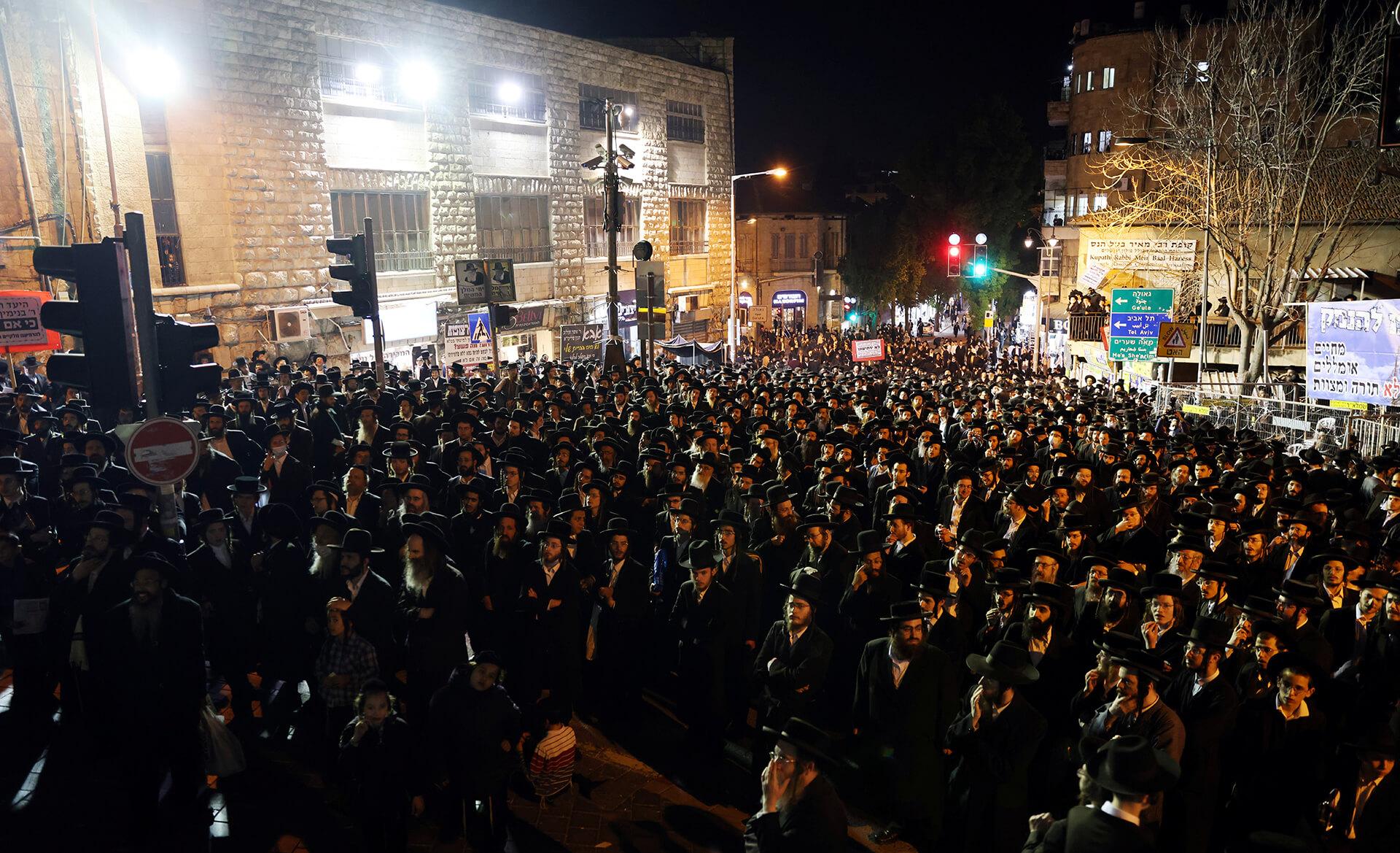 החברה החרדית שילמה מחיר כבד בקורונה. לוויה המונית בירושלים(צילום: רויטרס)