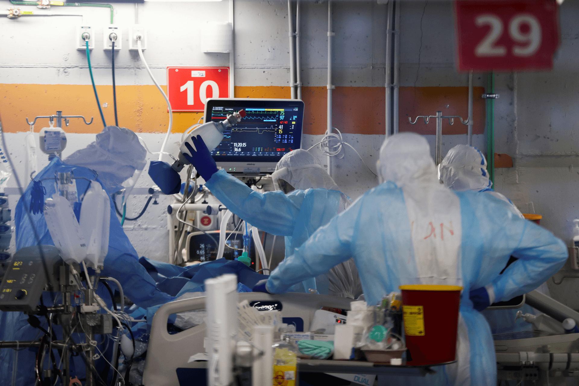 מצב חירום במחלקת קורונה במרכז הרפואי שיבא החודש. צילום: רויטרס