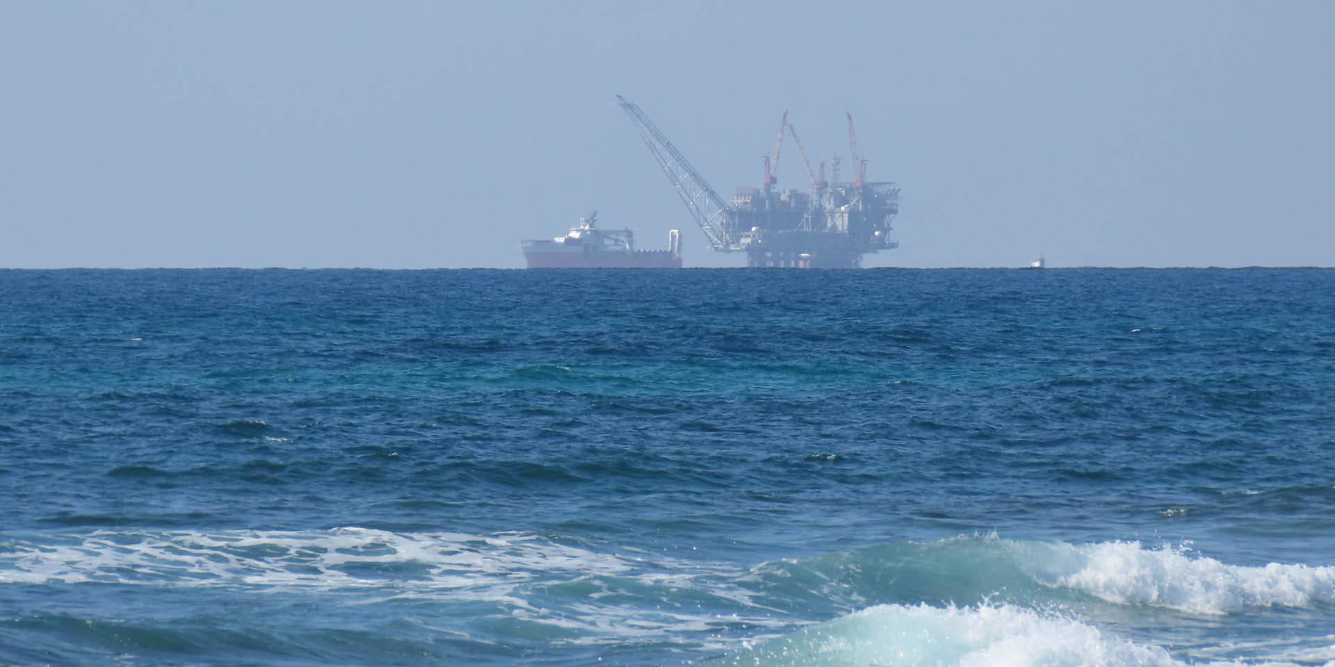 אסדת לוויתן בצילום מהחוף (צילום: באדיבות עמיר בן דוד וויקיפדיה)