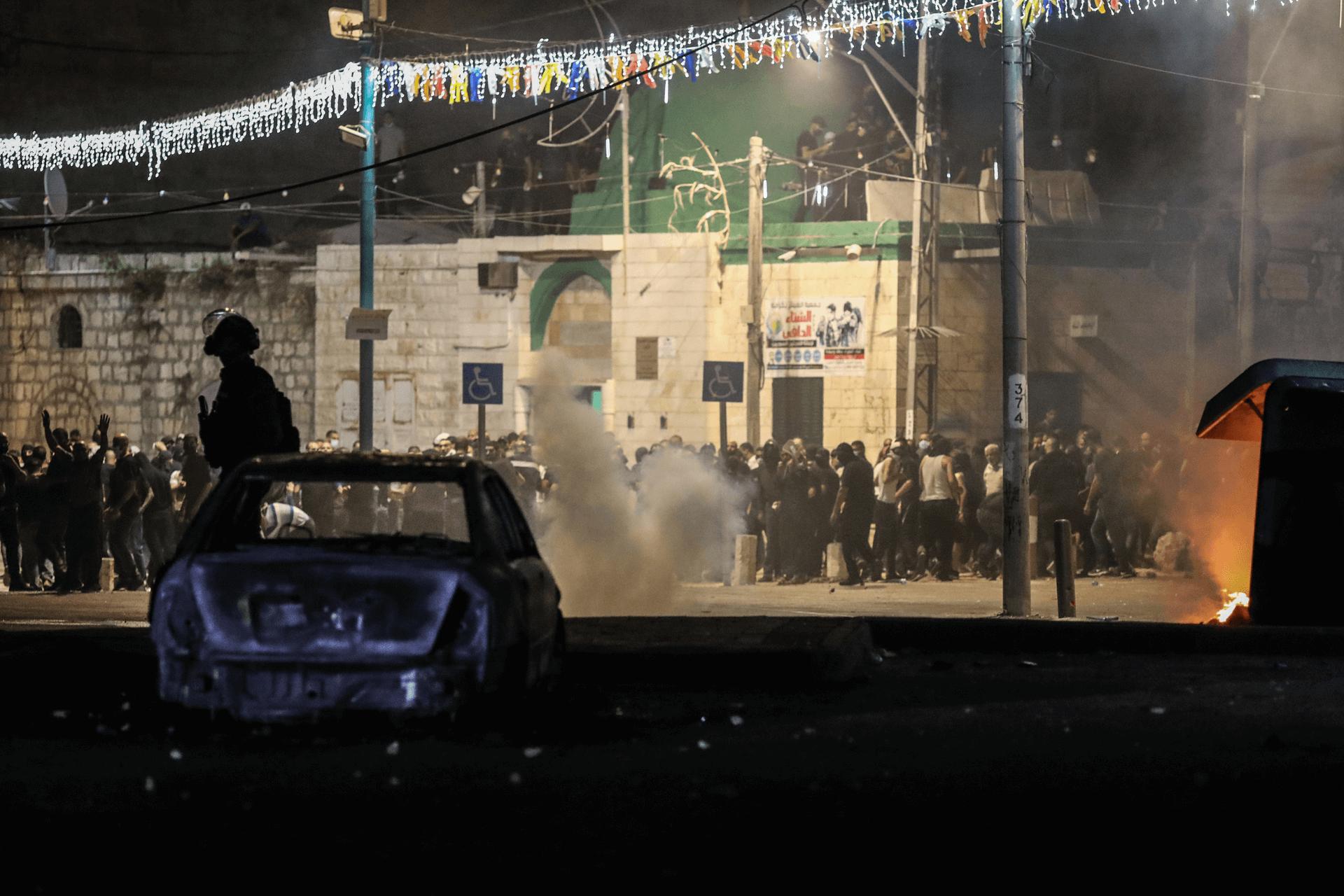 עימותים אלימים ומאות אנשים ברחובות העיר לוד אמש (12.5) על אף העוצר שהמשטרה ביקשה לאכוף. צילום: רויטרס