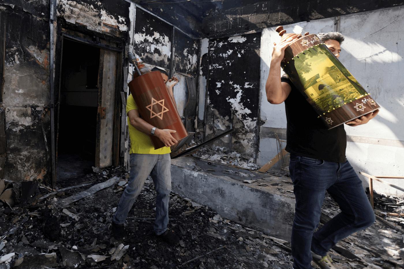 ספרי תורה מחולצים מבית כנסת שנשרף בלוד השבוע (12.5). צילום: רויטרס